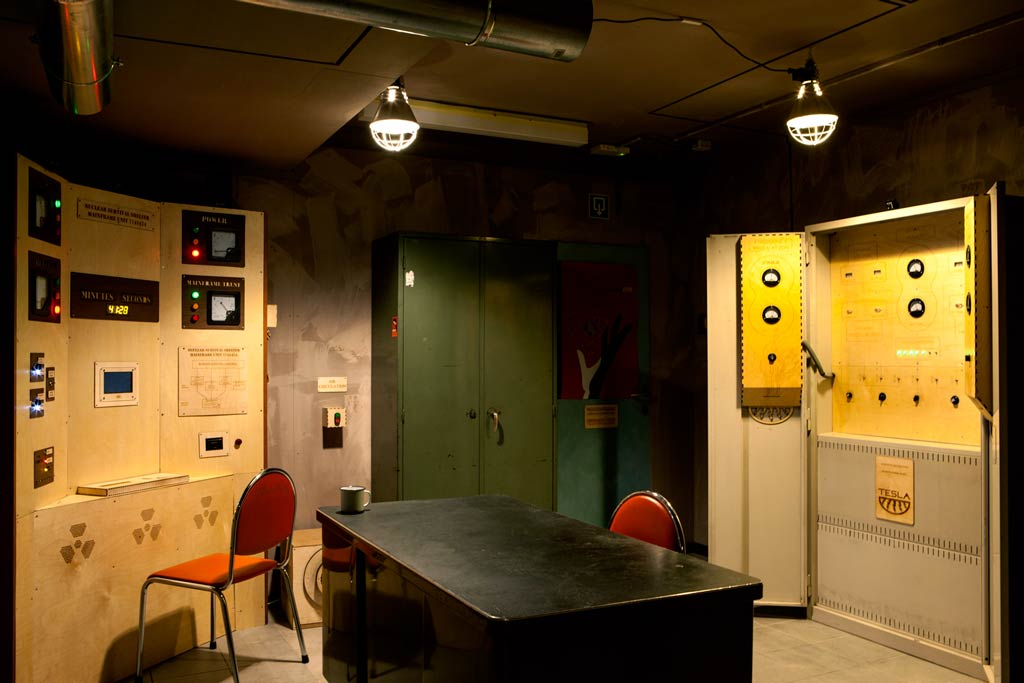 The atmosphere inside the escape room The Bunker is excition. Do you feel the tension? It is a high quality game, as you can see in this photograph.